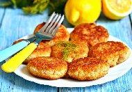 Пържени рибени кюфтета от паламуд панирани в брашно, яйца и галета